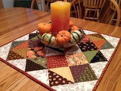 asimplelife Quilts: Halloween Autumn Table Topper - elongate into table runner Table Runner And Placemats, Table Runner Pattern, Quilted Table Runners, Fall Table Runner, Table Topper Patterns, Halloween Table Runners, Fall Sewing, Place Mats Quilted, Autumn Table