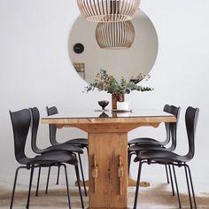 Vielä toinen kuva pöytäryhmästä, joka tuo ihania muistoja lapsuudesta. @designpylsy #harmony #olohuone #livingroom #diningroom #vardagsrum #sommittelu #styling #lovematters #homedecor #homedetails #homestyling #blackandwhiteinterior #nordichome #nordicminimalism #scandinavianhome #heminredning #interiordecorating #scandihome #ilovemyinterior #instakodit #etuovisisustus #interior123 #interior4all #ipreview