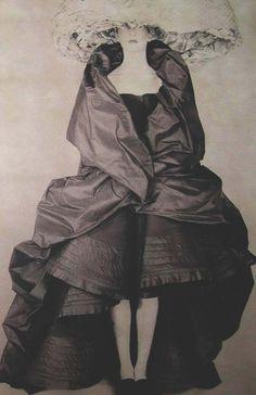 Mulher pálida em trajes de moda antiga