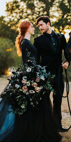 Black Wedding Themes, Black Wedding Gowns, Fancy Wedding Dresses, Wedding Dress Styles, Black Weddings, Gothic Wedding Ideas, Black Wedding Cakes, Wedding Fotos, Foto Wedding