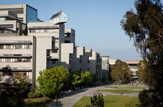 Can you see that? Yes that is a home built teetering on the edge of the University roof in San Diego. Would you like to live there? #interestingarchitecture #architecture #homedesigns http://www.houzz.com.au/ideabooks/27045254?utm_source=Houzz&utm_campaign=u560&utm_medium=email&utm_content=gallery14