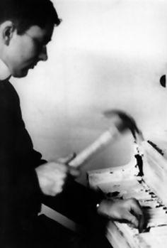PIEZA PARA PIANO Nº13 PARA NAM JUNE PAIK  Intérprete: George Maciunas.Nueva York, 1964