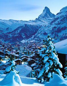Beleef een fantastische wintersport in Zermatt! Sinds Whympers dramatische   beklimming van de Matterhorn in 1865 is Zermatt (1620 meter) gestaag uitgegroeid tot een eersteklas vakantieplaats. Zermatt ligt op 1620 meter hoogte, tussen toppen van meer dan 4000 meter hoogte, als het ware onder de Matterhorn (4478 meter). Hoewel het straatbeeld wordt bepaald door de prestigieuze hotels en het internationale publiek, heeft het autovrije Zermatt nog wel degelijk authentieke trekjes.