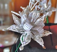 confeccion de tembleques de colores - Buscar con Google Hair Beads, All Craft, Pearl Hair, Beads And Wire, Beaded Flowers, Hair Pins, Iris, Projects To Try, Jewerly