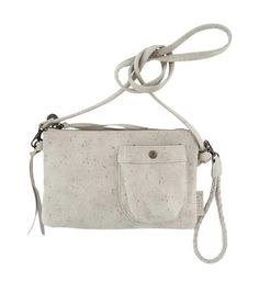Zusss schoudertas in de kleur Lichtgrijs. Deze imitatieleren tas is voorzien van een voorvakje af te sluiten door een drukknop en heeft binnenin een vak die afgesloten wordt met rits. Het hengsel is eenvoudig te verlengen door de knoop te verplaatsen. Maat 25 x 15 x 12
