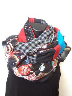 Sciarpa patchwork realizzata con l'utilizzo di tessuti di riciclo. Pezzo unico! Brand Pez mood