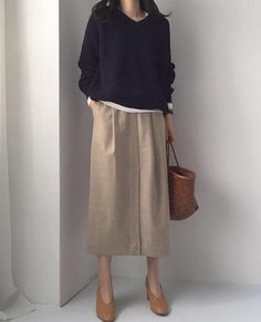 Minimalist Fashion Tips: Womens Minimal Outfits Minimal Fashion Style Tips. Minimal fashion Outfits for Women and Simple Fashion Style Inspiration. Minimalist style is probably basics when comes to style. Work Fashion, Modest Fashion, Hijab Fashion, Fashion Outfits, Fashion Tips, Fashion Fashion, Fashion Websites, Fashion Basics, Fashion Hacks
