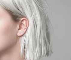 piercing oreille, coupe de cheveux courts, piercing femme, anneau oreilles en argent