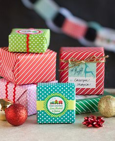 Free Printable Holiday Gift Wrap & Paper Chain Decoration from Evermine.com #christmas #present #diy #labels