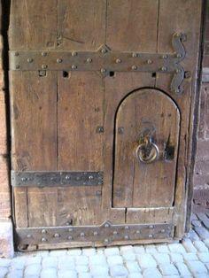 Heidelberg Castle Doors ~ Tiny door ♥ too cute Arched Doors, Old Doors, Porcelain Crowns, Medieval Door, Castle Doors, Old Keys, Door Detail, Vintage Doors, Door Accessories