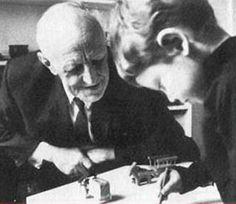 """""""Todo niño que juega se comporta como un poeta, pues se crea un mundo propio, o mejor dicho, inserta las cosas de su mundo en un nuevo orden que le agrada. Además sería injusto suponer que no toma en serio el mundo. Al contrario, toma muy en serio su juego, emplea en él grandes montos de afecto. Lo opuesto al juego no es lo que es serio, sino lo que es real.""""  Sigmund Freud, 1907"""