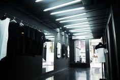 Rua e luxo foram as principais diretrizes na construção do conceito da marca de São Paulo que se posiciona segundo a tendência streetwear. Esses conceitos foram vigorosamente aplicados na arquitetura afim de criar identidade a flagship store, podendo ser naturalmente reproduzida e assimilada pelos clientes em filiais da marca. #architecture #arquitetura #design #interiordesign #interiores #urban #street #streetwear #black #preto #rua #metalic #metal #vergalhão #reatildesign
