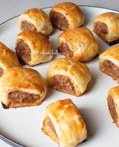 Indische saucijzenbroodjes Party Food And Drinks, Snacks Für Party, Appetizers For Party, Yummy Snacks, Snack Recipes, Cooking Recipes, Yummy Food, Brunch, High Tea Food