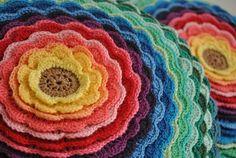 Almofada de crochê com pétalas multicoloridas!  Possui zíper invisível e recheio em fibra siliconada. Verso em algodão liso da cor de sua escolha!  ***ESCOLHA A COR: Você também pode escolher outras cores para as pétalas. R$147.00