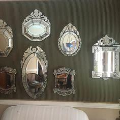 Para nos que amamos espelhos venezianos uma coleção de originais antigos muito lindos. Coleção particular. @cristina_nascimento_joias @joaolgelias
