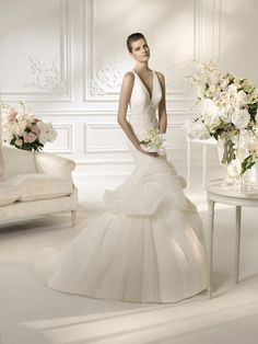 White One Nopal by Pronovias Off White size 8 In Stock Wedding Dress