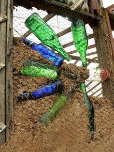 Blog sobre la construcción de una escuela con muros de PET y tragaluces de botellas de vidrio en una base de madera y adobe. Será una escuela de Arte en Tachira, Venezuela. Vienen muchas fotos ytodo está en español.