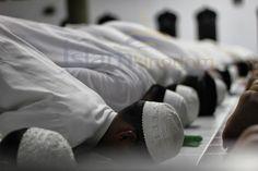 ДЕЙСТВИЯ, КОТОРЫЕ ДЕЛАЮТ #МОЛИТВУ НЕДЕЙСТВИТЕЛЬНОЙ: 1. Совершение того, что противоречит одному из требований молитвы. Таких как, порча #Тахарата (очищение), преднамеренное открытие аурата, отклонение всем телом от Киблы или изменение намерения в молитве.  2. Преднамеренное невыполнение столпа или какого-либо обязательного условия молитвы.  3. Совершение действий, не являющихся частью молитвы (#намаза), или необходимых для нее. Например: ходьба и множество (ненужных) движений.  4. Смех и…