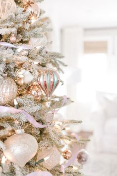 28 Wonderful French Country Decorating Ideas Christmas Lyrics, Christmas Post, Christmas Staircase Decor, Christmas Decorations, Decorating Your Home, Decorating Ideas, Decor Ideas, Holiday Decorating, Diy Ideas