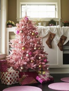 adoreallvintagestuff:  Pale pink Christmas tree! *color inspiration for the girl's tree: gold, pearl white, pearl pink, metallic.