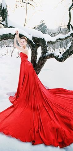 This is what VDay in New England will look like! Stunning strapless scarlet red dress with an extra-long train standing out in a snowy scene -- the colored wedding dress vibe seems appropriate for Valentine's Day fashion Estilo Fashion, Red Fashion, Fashion Glamour, Snow Fashion, Dress Up, Snow Dress, Gold Dress, Red Gowns, Red Queen