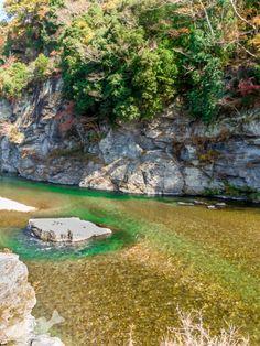 川の中の岩が白とびしてしまいました。修正掛けてもよみがえりませんでした。でも水の色のグラデーションが思いのほか出たので採用写真です