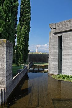 Carlo Scarpa - The Brion Tomb Historical Architecture, Amazing Architecture, Architecture Details, Modern Architecture, Carlo Scarpa, Treviso Italy, Contemporary Garden Design, Artist And Craftsman, Water Features In The Garden