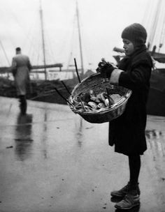 Voula Th. Papaioannou :: Girl with a basket at the esplanade, Thessaloniki, Greece, / src: Benaki Museum more [+] by this photographer Benaki Museum, Greek History, Extraordinary People, In Ancient Times, Female Photographers, World Cultures, Historical Photos, Black And White Photography, Old Photos