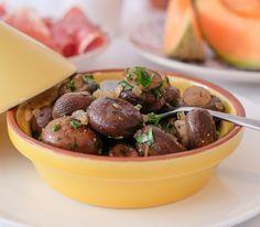 Für dieses Gericht sollte man unbedingt kleine Champignons verwenden, damit man sie nicht schneiden muss, wodurch sie beim Garen viel Saft verlieren würden.