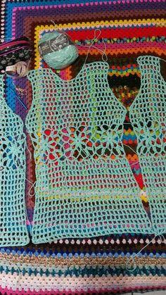 Mais um trabalho concluído, desta vez uma criação minha! Um Maxi Colete bem simples, mas que fica muito bacana, como sempre gosto de diz... Crochet Socks Pattern, Crochet Jacket, Crochet Cardigan, Crochet Stitches, Crochet Patterns, Crochet Summer Tops, Easy Crochet, Crochet Baby, Crochet Top