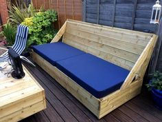 Pallet Outdoor Furniture Wooden Deck with Pallet Sofa and Coffee Table - Easy Pallet Ideas - After the pallet deck has been done then a sitting sofa set has also been completed with pallets which contains a big pallet sofa and a big pallet coffee table Outdoor Furniture Plans, Wooden Pallet Furniture, Deck Furniture, Wooden Pallets, Rustic Furniture, Furniture Online, Furniture Dolly, Furniture Ideas, Diy Pallet Couch