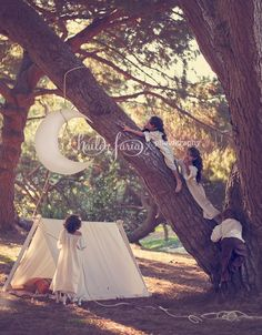 Playing with the moon - A frame tent - Children's Photography - Mini Session Ideas - Vintage Nightgowns - Hailey Faria Photography
