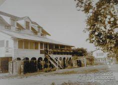 """""""Het huis van een citrusplanter op de plantage Wederzorg, in het district Commewijne.""""  Datum: Locatie: Commewijne, Suriname Vervaardiger: Inv. Nr.: SSM-0535-28 Fotoarchief Stichting Surinaams Museum"""