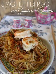 Rice noodles with shrimps and vegetables such as Chinese restaurant - Spaghetti di riso con gamberi e verdure come al ristorante cinese