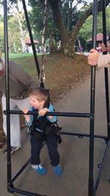 LO QUE HACE UN PADRE POR SU HIJO. Ha creado este artilugio para que le ayude a caminar. No hay más que ver la cara del niño... irradia felicidad!!