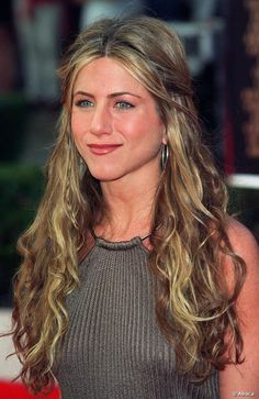 Jen Aniston my fav actress! Jennifer Aniston had grown her hair long by 12 March Jennifer Aniston Style, Jennifer Aniston Pictures, Jeniffer Aniston, John Aniston, Non Plus Ultra, Rachel Green, Girl Crushes, Her Hair, Beautiful Women