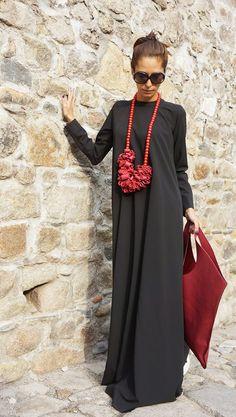 Vestido largo negro con complementos en rojo. Me encanta esta combinaicón!!