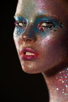 Op zoek naar een feestelijke uitstraling, dan mag glitter make-up niet ontbreken. Glitter make-up is geschikt voor allerlei gelegenheden. Denk niet alleen aan een disco-look, maar ook aan een chique look voor formele feestelijkheden.   www.emeralbeautylife.nl