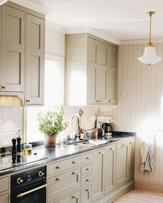 uploaded by cyndi Kitchen Cabinetry, Home Kitchens, Living Room, Interior Design, Sven, House, Home Decor, Instagram, Kitchen Cabinets