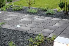 Roomalaiset kivet ja valokivi. Valokivet valmistetaan kierrätyslasista. http://www.rudus.fi/tuotteet/pihakivet-ja-maisematuotteet/betonikivet/69/valokivi
