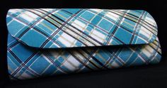 Bolsa estilo carteira, produzida em cartonagem artesanalmente. Revestimendo externo de tecido 100% algodão estampado nas cores azul, e branco com detalhes em preto e bege; revestimento interno oxford na cor azul. Fecho tipo botão com imã.  Peso: 250 gramas  - Largura: 5 cm  - Altura: 12 cm  - Comprimento: 24 cm  PAGAMENTO VIA PAYPAL: 20% DE ACRÉSCIMO NO VALOR DO PRODUTO  Contato: pitangacrafts@gmail.com R$46,00