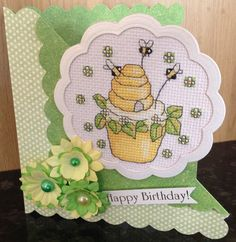 Stitcher Lorraine made this fabulous honey-theme cupcake project to mount as a summery card. We love it! The pattern for the cupcake motif used was by @DureneJones and featured back in our issue 216 of The World of Cross Stitching magazine ;)