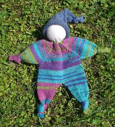 Free knit doll pattern. Isn't this darling? So many ways to personalize this! Put a beard on it and you have a gnome or an elf or Santa! In English and German. Pattern on Ravelry, free.   Knubbelchen pattern by pezi888.