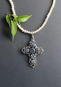 Trachtenschmuck in Blau: Traditioneller Trachtenschmuck Kreuz Anhänger in Silber und blauem Spinell. Pendant Necklace, Jewelry, Bangle, Brooch, Malachite, Gemstones, String Of Pearls, Stud Earring, Pearl Jewelry