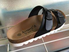 Sandalia en piel negra.