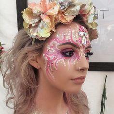 New Makeup Festival Glittery Face Paintings Jewels Ideas - Makeup İdeas Fairy Halloween Eye Makeup, Halloween Eyes, Maquillage Halloween, Rave Makeup, Makeup Geek, Emma Stone, Glitter Face Paint, Rave Face Paint, Tinta Facial