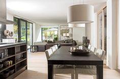 Jídelnu tvoří stůl od firmy Poliform doplněný koženými židlemi Saar (Piet Boon) a svítidly značky Contardi. Bývá prostřený stylovým nádobím ...