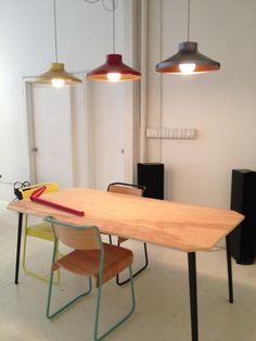 Las compañías de Reino UnidoVery Good and Propermostraron unas piezas de colores combinados con madera de color claro. Un toque fresco que combinó a la perfección con el blanco del ambiente. #veryGood #Proper #design #diseno #mobiliario #furniture