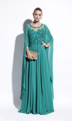 fcee4d2a1 Vestido largo de gasa verde esmeralda con bordados en cuerpo y manga larga.  617.20304 Evassê