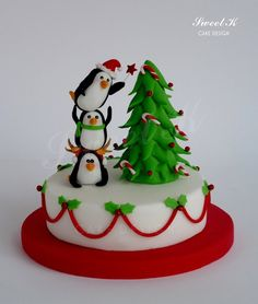 Penguins of christmas / cake decorating website Christmas Cake Designs, Christmas Cake Topper, Christmas Cake Decorations, Christmas Cupcakes, Christmas Sweets, Christmas Cooking, Holiday Cakes, Noel Christmas, Christmas Goodies